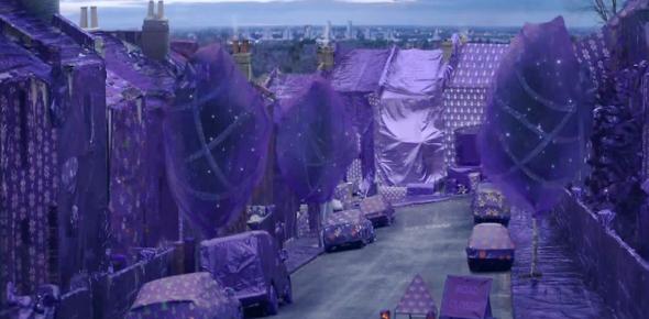 Cadbury-transforme-un-quartier-de-Londres-en-cadeau-géant-Joy-Unwrap1