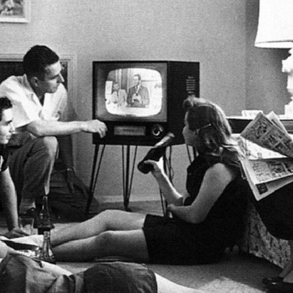Famille autour de la télé